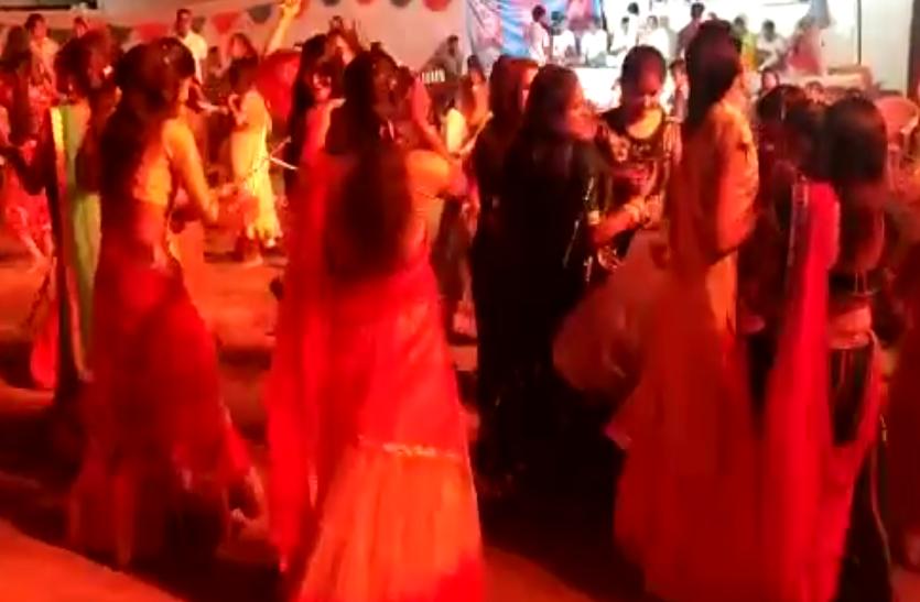 डांडिया नृत्य में ऐसे थिरकी युवतियां, देखे वीडियो...