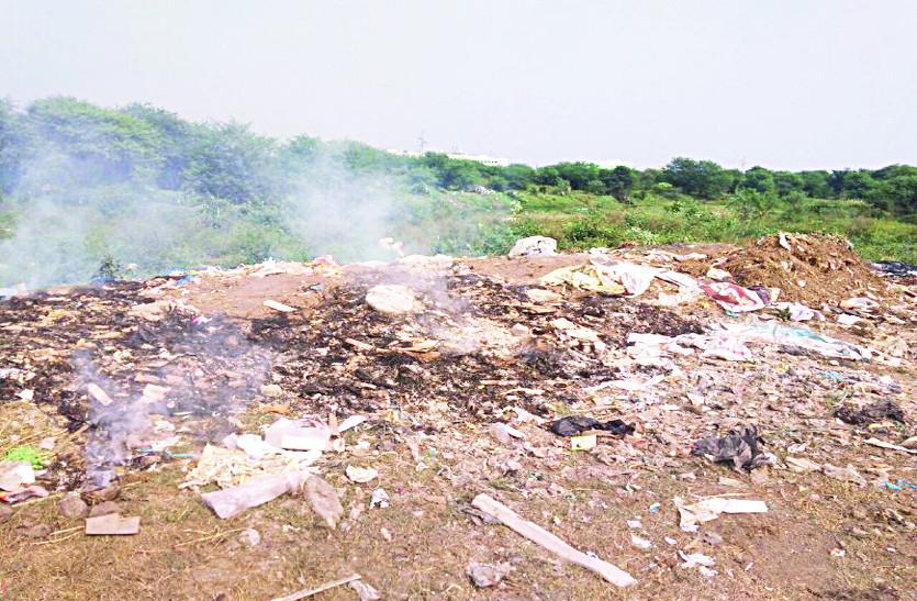 कचरे के ढेर में जहरीला धुआं, जल रहा पर्यावरण...
