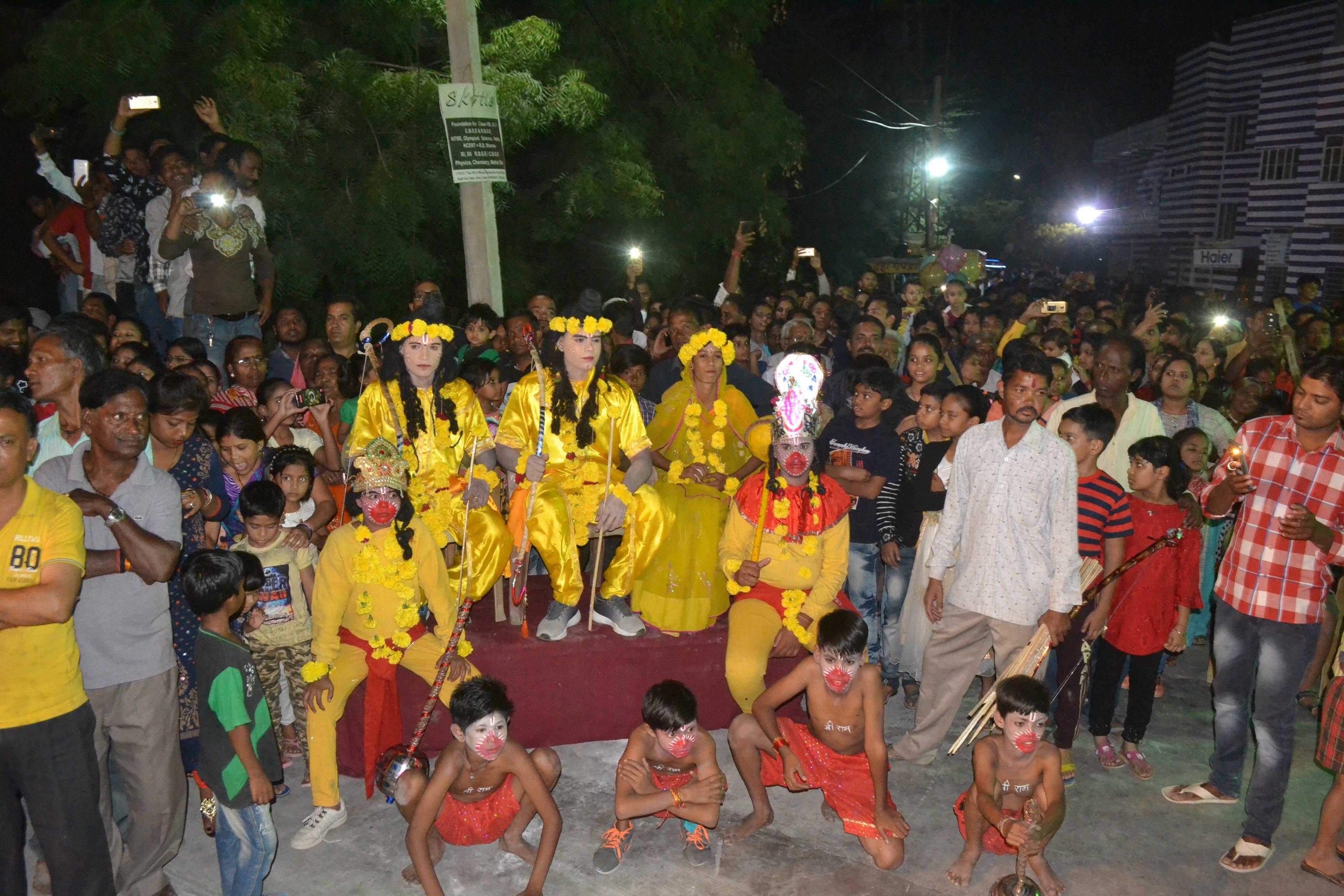यहां एक मोहल्ले में रहते रावण और भगवान राम, हनुमानजी करते हैं ये काम