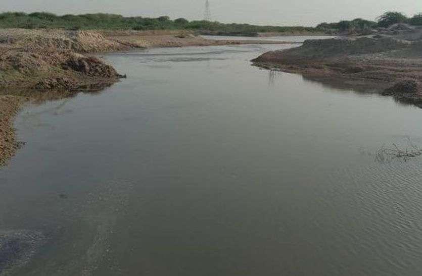 घटिया निर्माण से फिर साइफन में आई दरार, लीकेज पानी ने लिया नदी का रूप