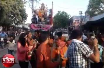 video: मां दुर्गा की निकली शोभायात्रा, पुष्प वर्षा कर किया जगह जगह स्वागत