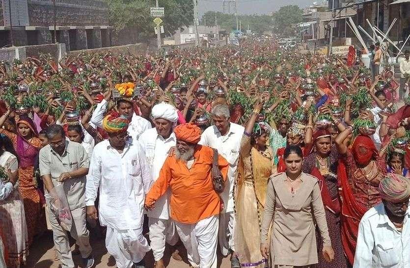 कथा को लेकर 1008 बालिकाओं ने सिर पर कलश धारण कर लगाई गावं की परिक्रमा