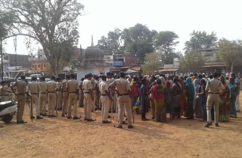 ग्रामीणों और पुलिसकर्मियों के बीच मारपीट, बरसाए पत्थर