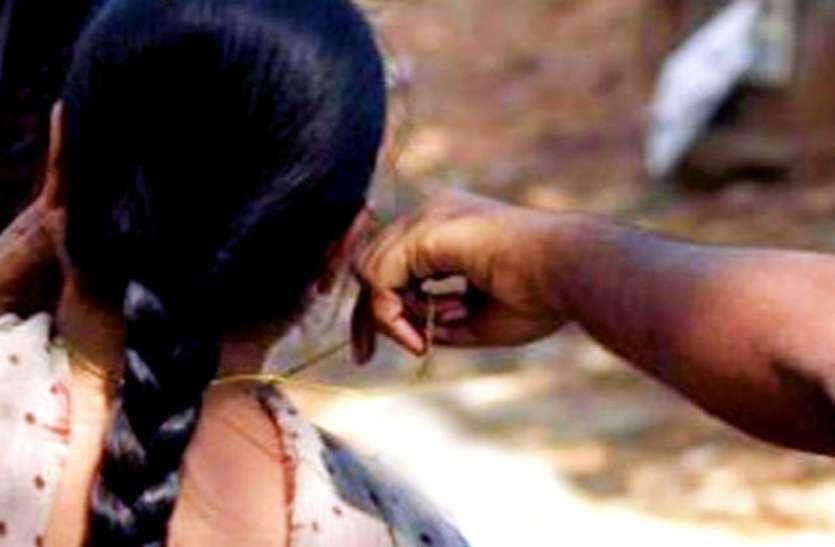 पूजा के फूल तोड़कर घर लौट रही थी महिला, तभी बाइकर्स ने मारा झपट्टा