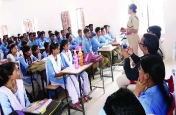 चौपाल लगाकर छात्र-छात्राओं को दी गई मतदान की जानकारी, गुड टच और बैड टच के बारे में भी बताया