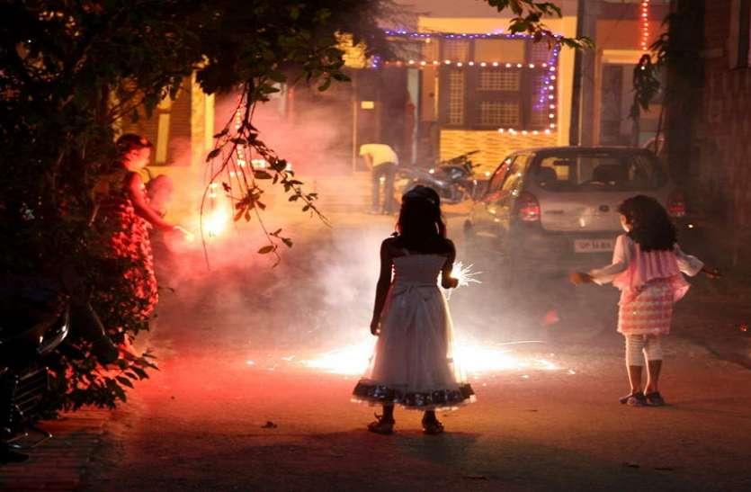 पटाखे फोड़ने संबंधी प्रतिबंध पटाखों के धुएं में उड़े