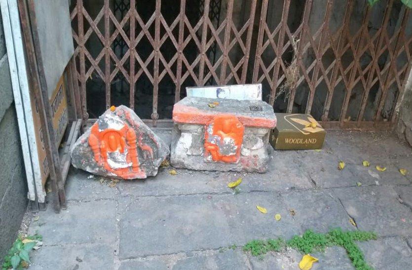 चमत्कार या कुछ और : महाकाल मंदिर के बाहर वर्षों से बंद द्वार पर मिले सिंदूर पुते दो पत्थर