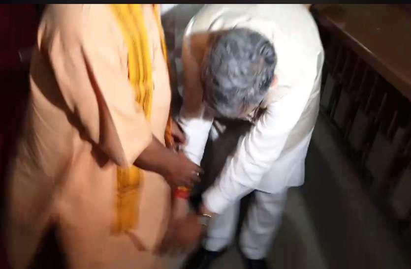 CM रमन ने नामांकन दाखिल करने से पहले योगी के पैर छू-कर लिया आशीर्वाद, फिर भरा फार्म