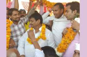 शिवपाल यादव के साथ मंच पर इस नेता को देख मच गई सपाइयों में अफरा तफरी, रामगोपाल और उनके पुत्र को बड़ा झटका...