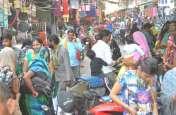 करवा चौथ पर्व को लेकर बाजार में उमड़ी भीड़