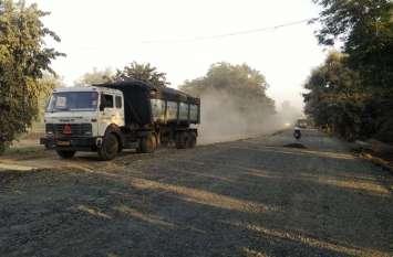 वाहन के गुजरते ही उठता है धूल का गुबार