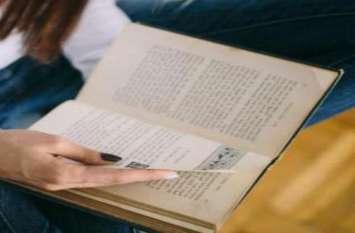 छात्र के अंग्रेजी किताब खोलते ही पुलिस रह गई सन्न, थी ऐसी चीज कि खुली रह गई आंखें
