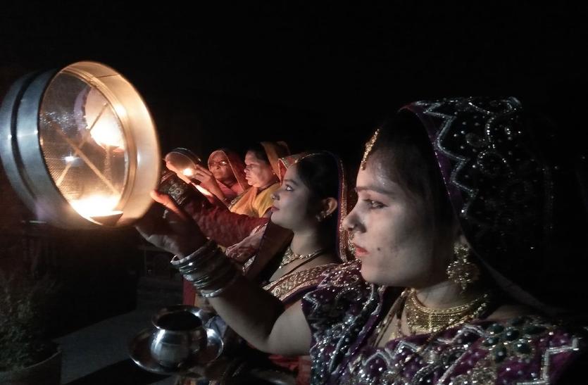 चांद में निहारी सजना की सूरत, करवा चौथ पर चौथ माता मंदिरों में रही भीड़