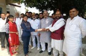 विजय मिश्रा की कोशिश से इस परिवार को मिली एक लाख की आर्थिक मददद