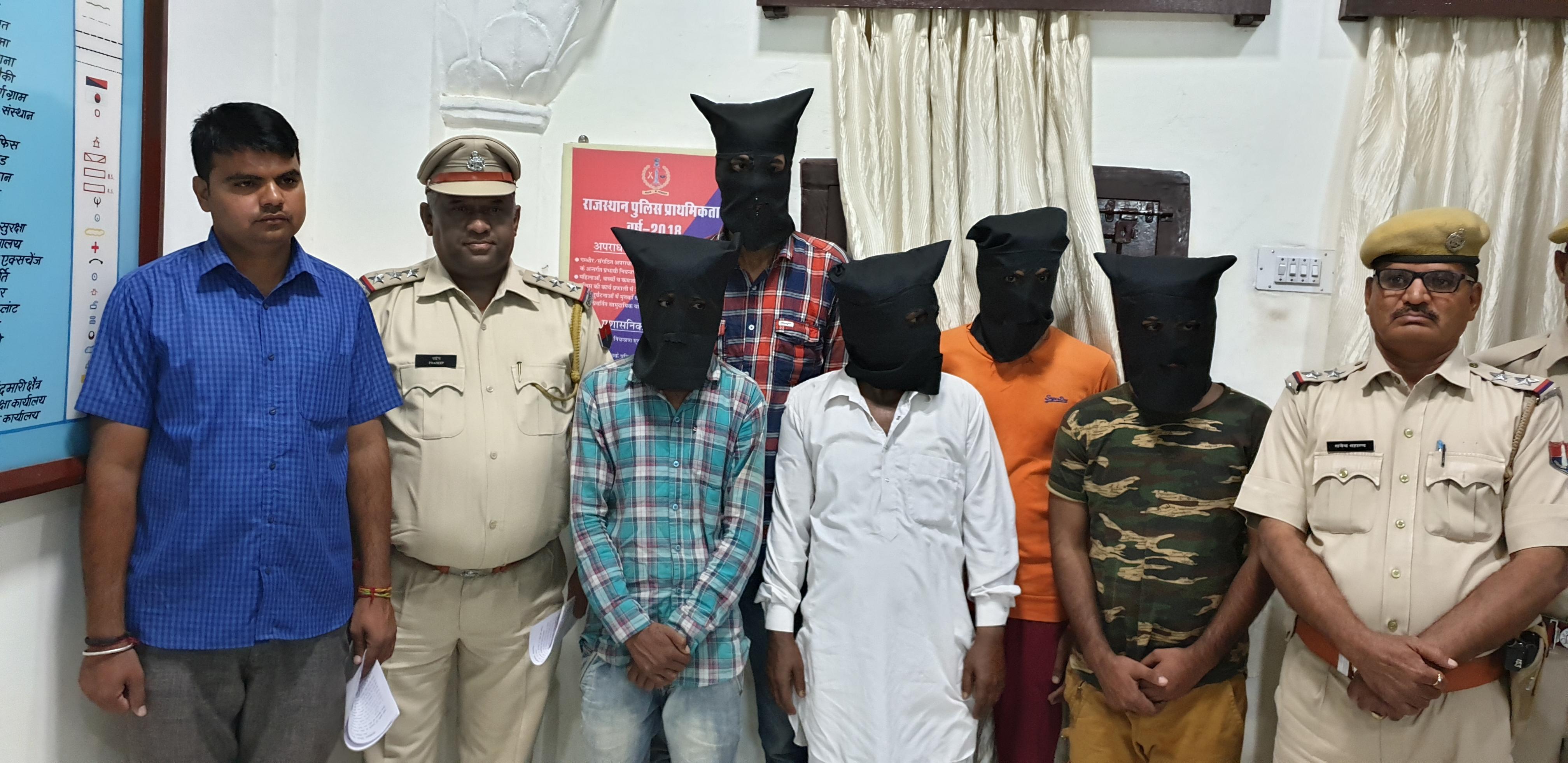 अफीम तस्करी के लिए लूटी थी कार, 5 जने गिरफ्तार