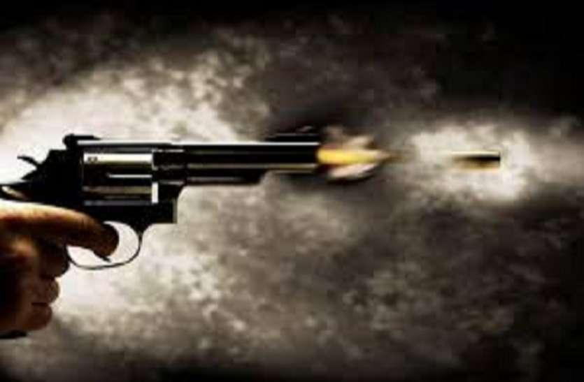 बंद रेलवे फाटक पहले पार करने को लेकर कहासुनी के बाद चली गोली, एक व्यक्ति घायल