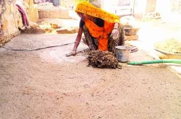 गांवों में मिट्टी की सोंधी खुशबू से महक रहे घर-आंगन