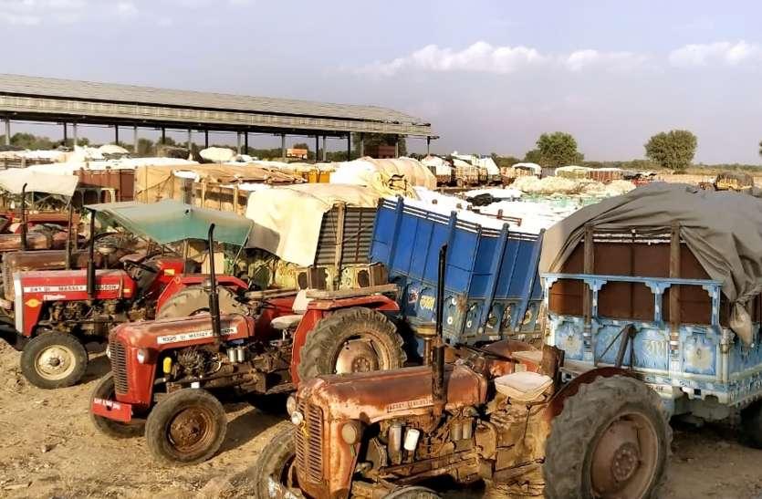 कृषि मंडी में किसानों को नहीं मिल रहे कपास खरीददार, भड़क गए किसान