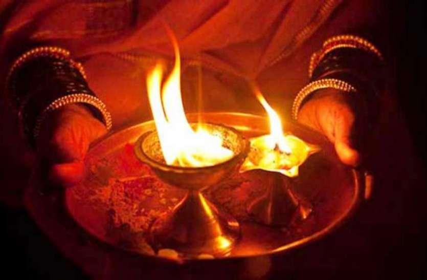 Don't Commit These Mistakes During Enlightenment Of Diya To God - पूजा के  वक्त दीपक जलाते समय न करें ये गलती, आ सकती है दरिद्रता   Patrika News