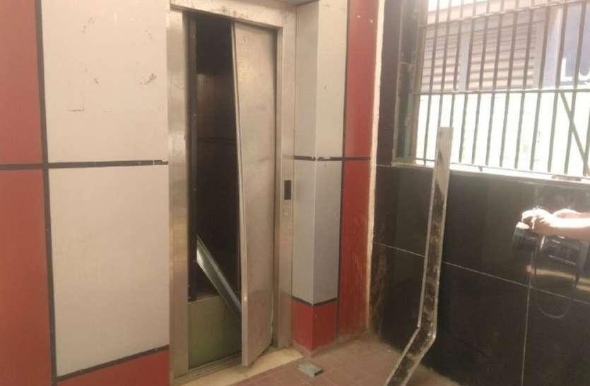 इंदौर में खतरे की लिफ्ट