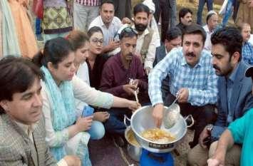 पाकिस्तान: पत्रकारों ने नौकरी जाने पर जताया अनोखा विरोध, संसद के बाहर लगाई पकौड़े की दुकान