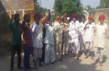 अवैध बजरी खनन को लेकर ग्रामीणों का प्रदर्शन, पुलिस पर लगाया खनन करवाने का आरोप
