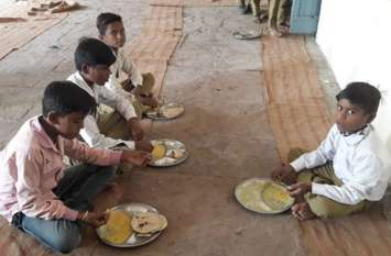 स्कूल में नही बन रहा मध्यान्ह भोजन, घर से बनाया हुआ ठंडा भोजन किया जा रहा वितरित