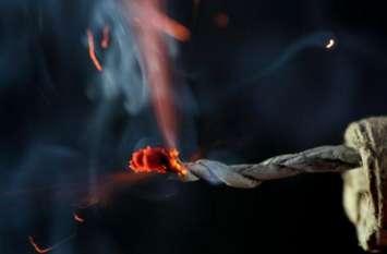 सुतली बम से खेल रहा था मासूम, माचिस जलाते ही मुंह के पास फटा, बच्चे की मौत