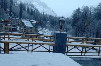 VIDEO: हिमाचल प्रदेश के कुल्ली में बर्फबारी, सफेद चादर से ढंकी नजर आई सोलांग घाटी