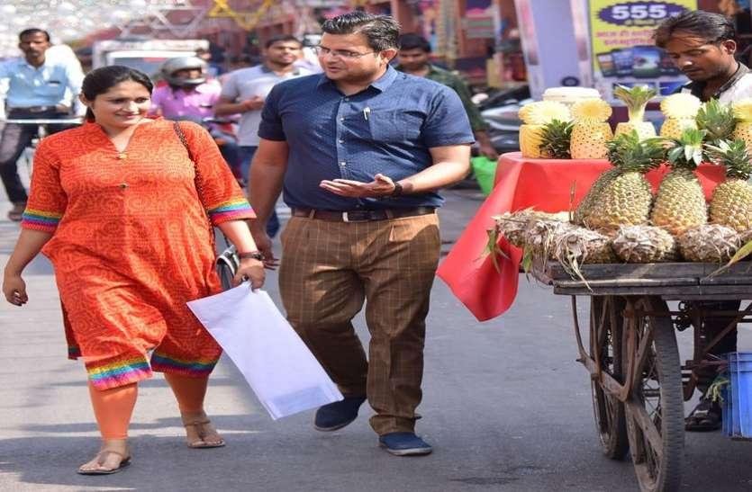 ये पति-पत्नी बता रहे हैं जयपुर के फुटपाथों का हाल