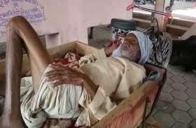 नहीं मिली एम्बुलेंस, मरीज को मृत पशुओं के ढोने वाले रिक्शे में ले गए अस्पताल