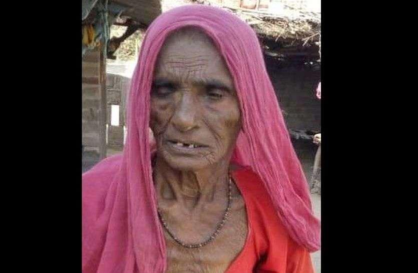 93 वर्षीय वृद्धा को बाढ़ का मुआवजा दिलवाने के बहाने करा ली खेत की रजिस्ट्री