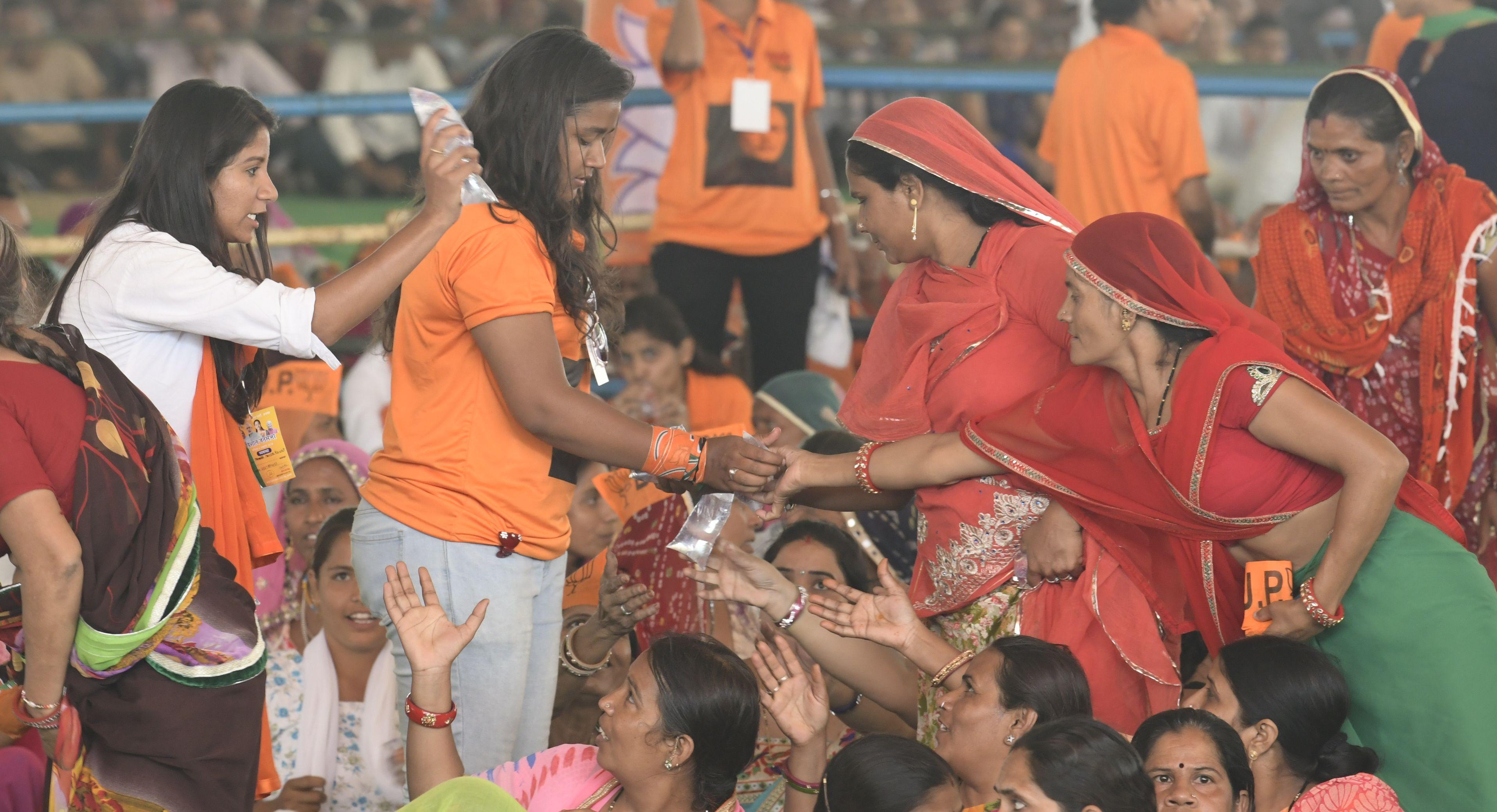 rajasthan ka ran: नेताजी पहुंचे वोटर्स के घर, बताने लगे अपनी सरकार की ये खूबियां