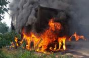 नक्सलियों ने तीन वाहनों को किया आग के हवाले
