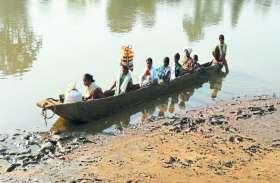 सौ साल से जुगाड़ की नाव ही ग्रामीणों का बना सहारा, आज तक नहीं देखा 102 व 108