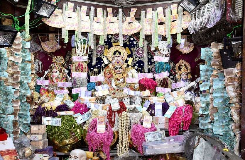 यहां बरसा कुबेर खजाना...महालक्ष्मी का अद्भूत स्वर्ण आभूषण-मुद्रा से शृंगार