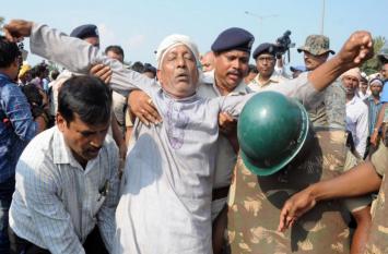 ओडिशा: विधानसभा भवन जाते किसानों पर बलप्रयोग, सैकड़ों गिरफ्तार