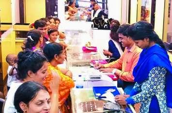 धनतेरस पर सीधी बाजार में हुई करोड़ों की धनवर्षा, बर्तन एवं ज्वेलरी की दुकानों में उमड़ी ग्राहकों की भीड़