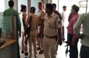 दिवाली पर ग्राहक बनकर बैंक से निकालने आए थे पैसे, लेकिन लूट कर ले गए 9 लाख रुपए