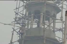 मस्जिद की मीनार तोड़ने के लिए 80 फीट की ऊंचाई पर चढ़े हिंदू संगठन के लोग, जानिये फिर क्या हुआ, देखें वीडियो-