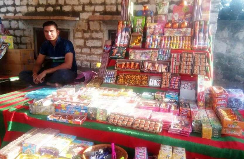 प्रशासन ने दिए चार लाइसेंस, लोगों ने खोल दी पचास दुकानें