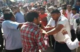 दीपावली पर दिन-दहाड़े बाजार में लात-घूंसों और लाठियों से पुलिसकर्मी की हुई पिटाई..