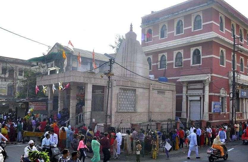 लक्ष्मी मन्दिर में भक्तो की भीड़