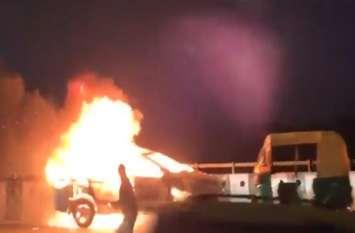 आग का भयानक VIDEO: रोड पर दौड़ती रही बिना ड्राइवर के बर्निंग कार, भागते रहे लोग