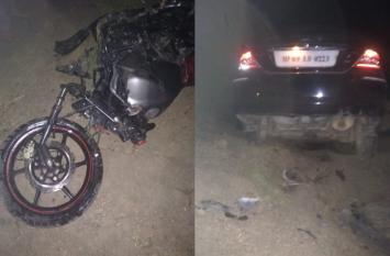 दो मोटरसाइकिलों में कार ने मारी ऐसी टक्कर, फंसकर कई किलोमीटर घिसटते रहे सभी श्रद्धालु, मची चीख-पुकार