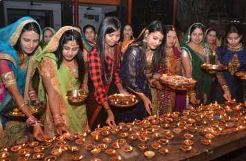 महिलाओं ने दीपों से बांटा उजाला, गोवर्धन पूजन कर सुख समृद्धि की कामना की ...देखिए तस्वीरें