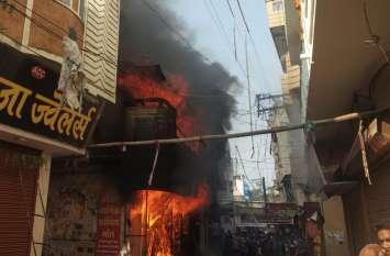 Breaking : गैस सिलेंडर फटने से मिठाई दुकान में लगी भीषण आग, घर के लोगों ने भाग कर बचाई जान