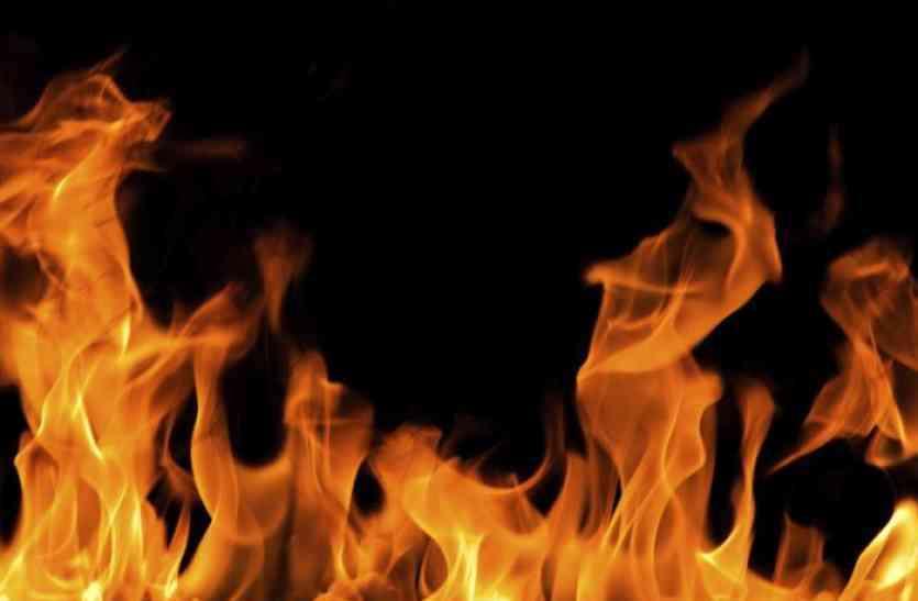 फटाखे की चिंगारी से शमशान घाट में रखी लकड़ियों में लगी भीषण आग, मची अफरा-तफरी