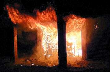 दो दुकानों और एक घर में लगी आग दीपावली की रात में हुई घटना