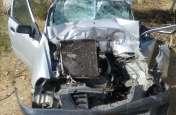 चलते ट्रक में पीछे से घुसी कार, सवार एक युवती की मौत, युवक घायल